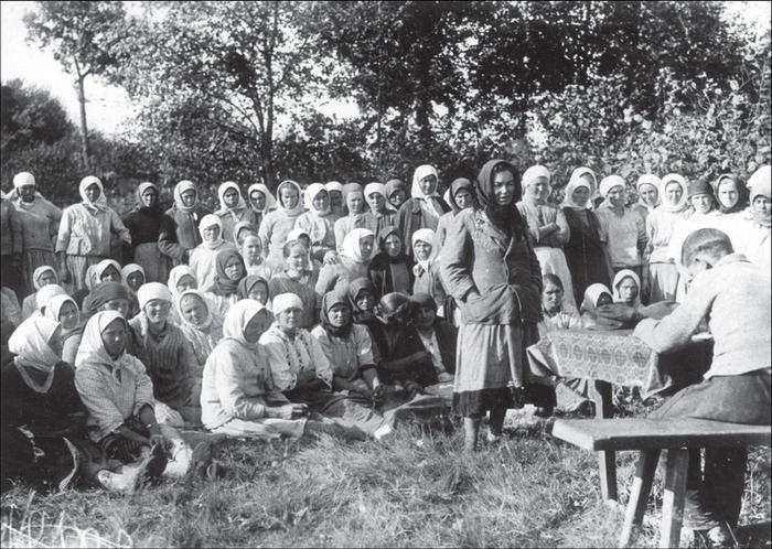 Товарищеский суд над симулянтков в колхозе. Украина, Киевская обл. 1933
