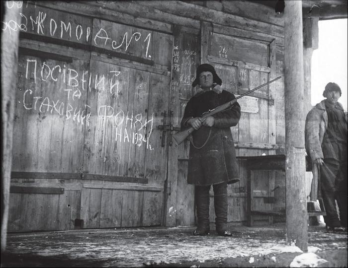 колхоз. комсомолец охранает амбар