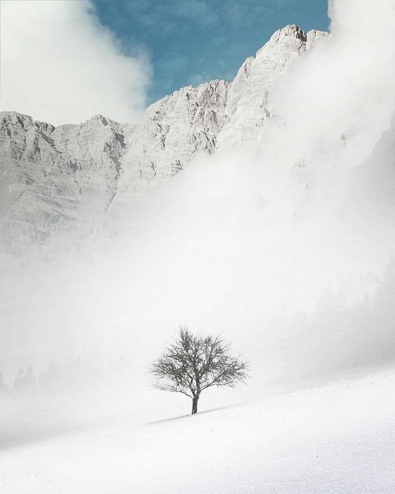 Потоки холодного воздуха сгущаясь застилают горы и долину.