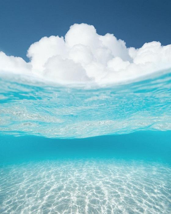 Облака плывущие по волнам океана.