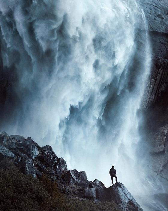 Дикие необузданные потоки водопада падают с разрушительной силой вниз.