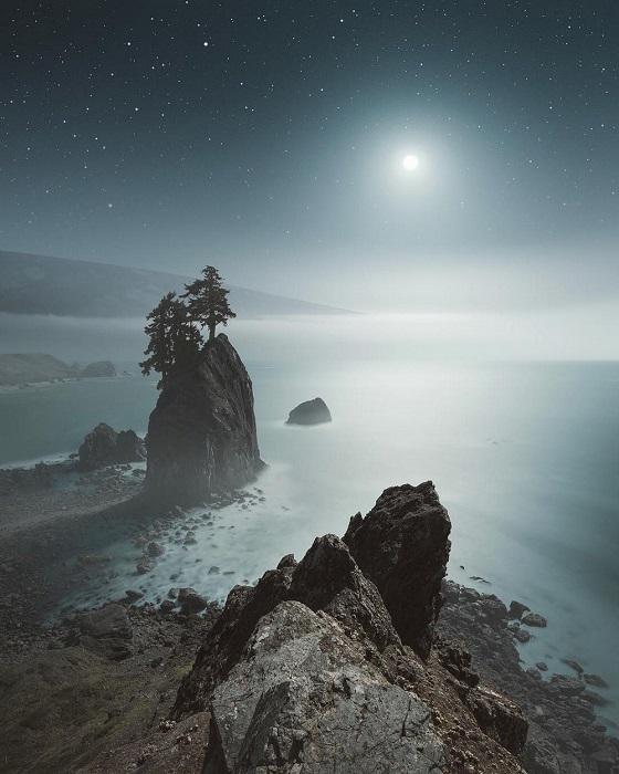 Волшебная ночь поглощает берег, затопляя лучезарным светом все вокруг.