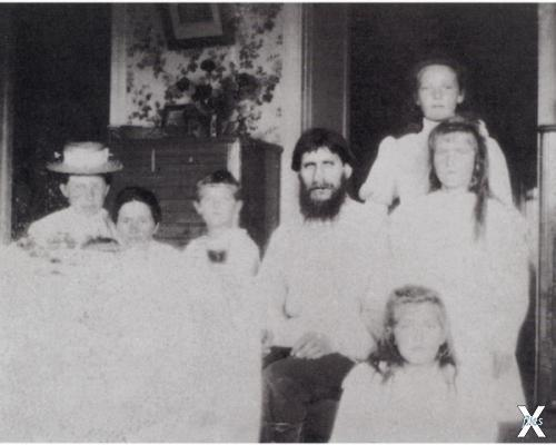 Распутин с императрицей, её детьми и гувернанткой. Царское Село. 1908 год