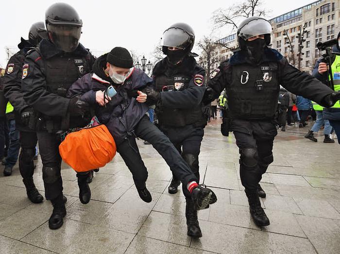 В Москве в преддверии акции начались задержания на Пушкинской площади. Одним из первых сотрудники правоохранительных органов увели попытавшегося что-то сказать мужчину