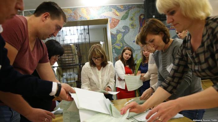 Работники избирательной комиссии подсчитывают бюллетени
