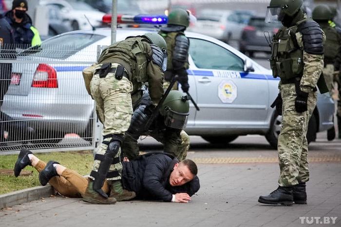 Лукашенко ограничил свободу СМИ и массовых мероприятий в Беларуси: запретил журналистам освещать массовые мероприятия и дал больше прав силовикам