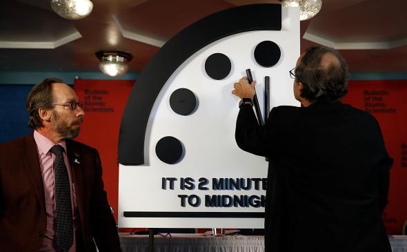 Стрелку Часов Судного дня оставили в двух минутах от конца света