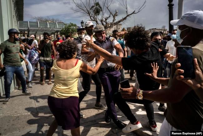 Неумение властей справиться с эпидемией коронавируса вызвали массовые протесты на Кубе. 11 июля этого года