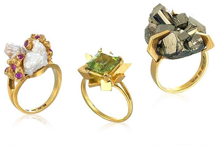 Кольца с необработанными кристаллами и жемчугом.