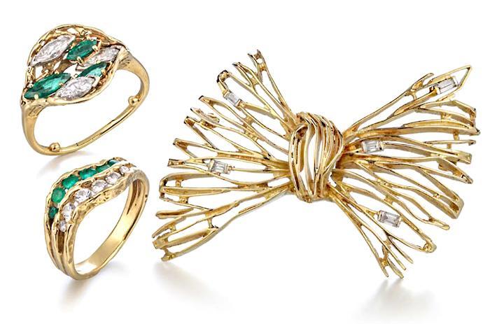 Золотые кольца и брошь в форме банта.