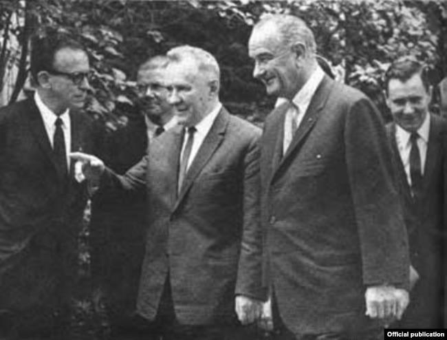 Премьер Алексей Косыгин (слева) и президент США Линдон Джонсон на встрече в Глассборо, 23 июня 1967 года