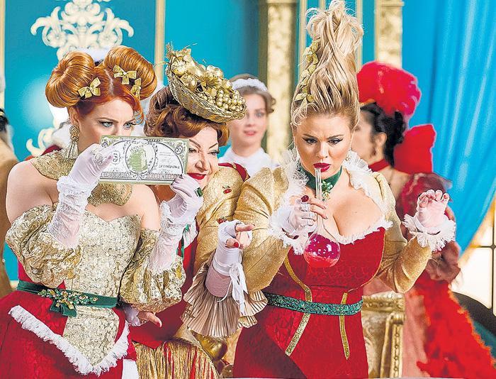 Брошенная Степаненко увлеченно играет мачеху Золушки вместе с Семенович и Стоцкой в мюзикле Игудина, который покажут 1 января на канале «Россия»