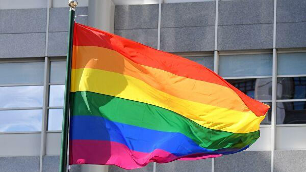 Флаг ЛГБТ вывесили наещеодном посольстве вМоскве