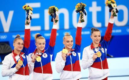 На фото: Лилия Ахаимова, Виктория Листунова, Ангелина Мельникова и Владислава Уразова (ОКР) (золотые медали) на церемонии награждения.