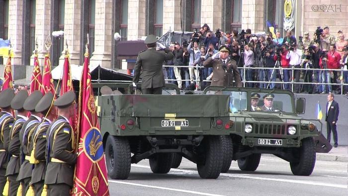 Гостю была оказана высочайшая честь— он и Полторак на военном Hummer приняли парад на Крещатике