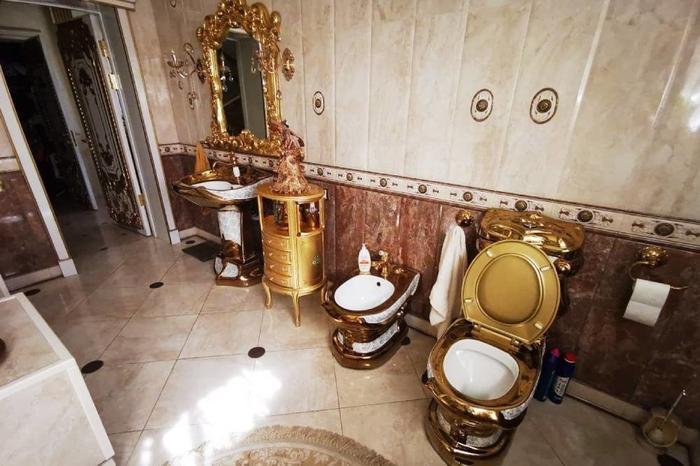 Многие эксперты считают, что, поскольку в очередях на жилье от государства стоят в основном люди небогатые, вряд ли стоит обременять их расходами на содержание квартир с такими унитазами. Фото: РИА Новости