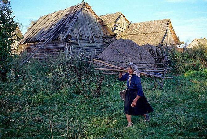 Девушка подмывается в деревне, трогает за киску в автобусе