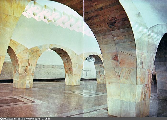"""Колонны станции """"Кузнецкий мост"""" действительно напоминают конструкции моста, 1977-1980."""