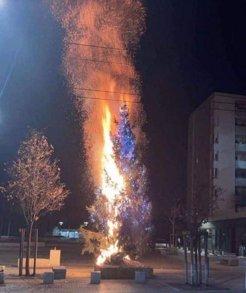 Радикальные мусульмане в Европе сжигают рождественские ёлки