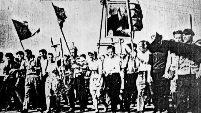 Единственная фотография рабочих на пути к горкому. Впереди высится портрет Ленина, а за ним советские флаги