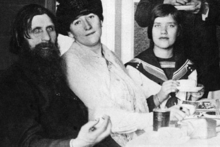 Матрёна Распутина с родителями.