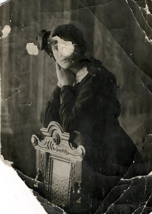 Варвара Распутина. Фото послереволюционное, сохранено подругой. Повреждено умышленно, из опасения репрессий со стороны советской власти.