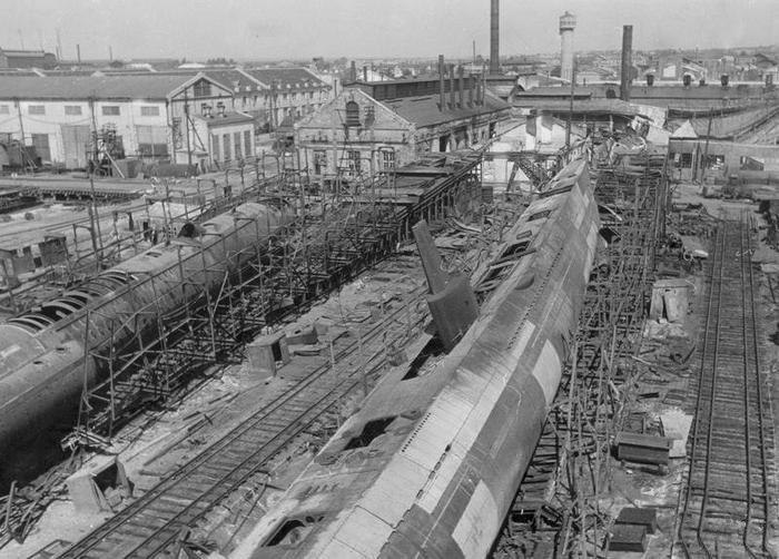 Взорванные недостроенные подводные лодки (С-36 справа и С-37) типа «С» IX-бис, 1941