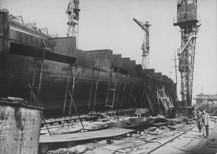 Немцы осматривают недостроенный линкор «Советская Украина» на стапелях завода им. Марти в Николаеве