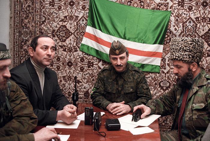В центре — президент Ичкерии Джохар Дудаев