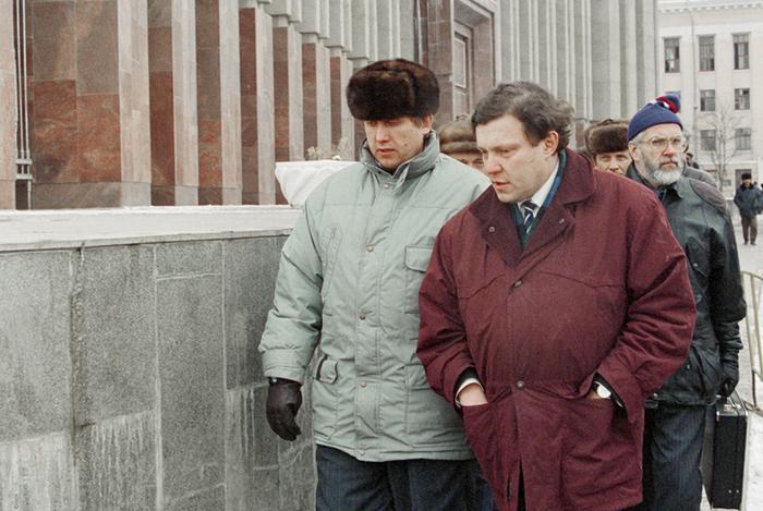 Сергей Юшенков и Григорий Явлинский у президентского дворца в Грозном