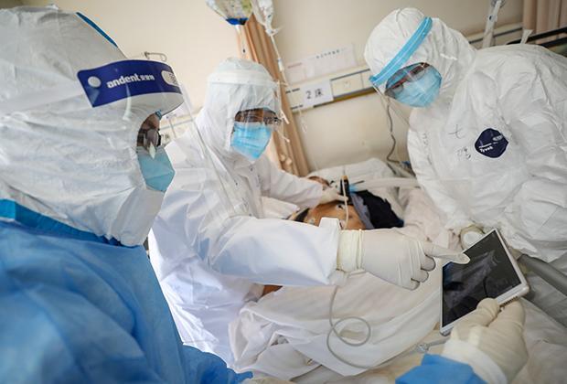 Уханьские медики борются за жизнь пациента с COVID-19