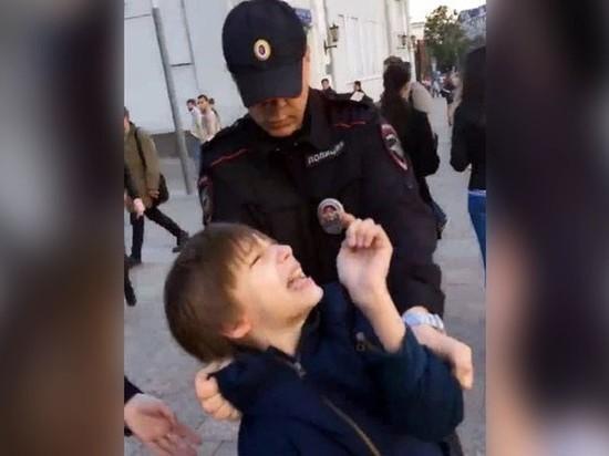 Мальчика заставляют лизать руское