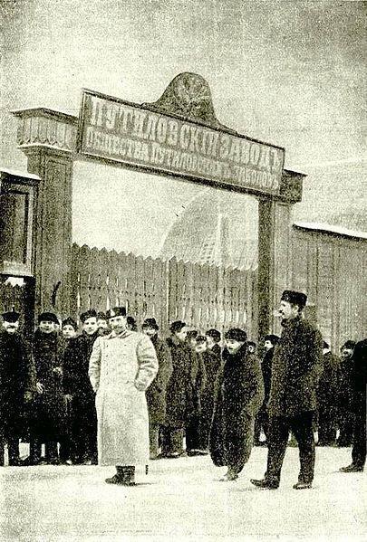Бастующие рабочие у ворот Путиловского завода