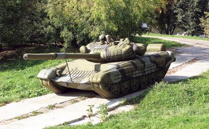 На фото: надувной макет танка Т-72