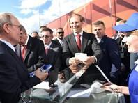 Интересно, что в этом году Владимир Путин купил мороженое у той самой продавщицы, которая продавала его президенту в том же месте два года назад