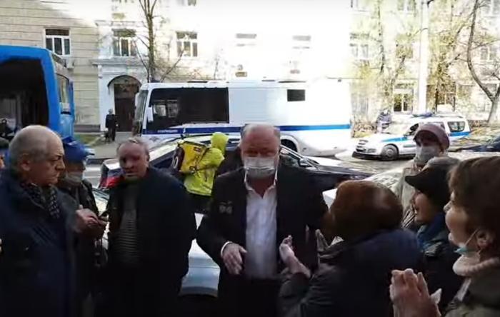 в суд прибыл Караулов. Скриншот.