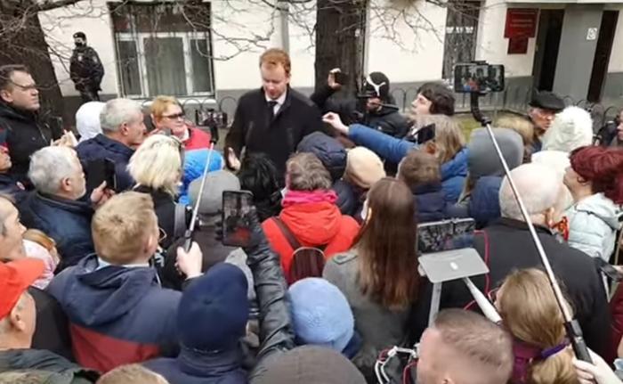 Парфёнов выступает перед собравшимися. Скриншот