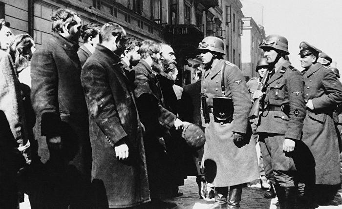 Нацистские солдаты и жители Варшавского гетто, весна 1943 года