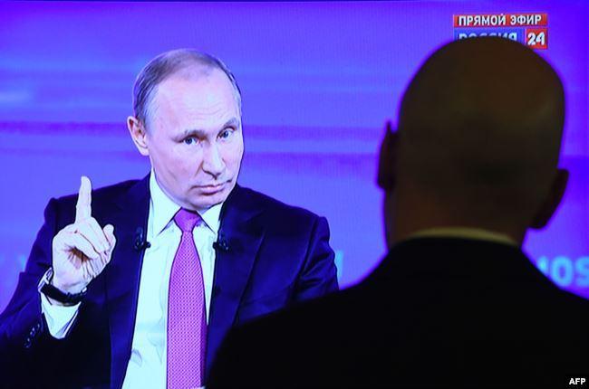 """Владимир Путин во время очередной """"прямой линии"""", 2017 год"""