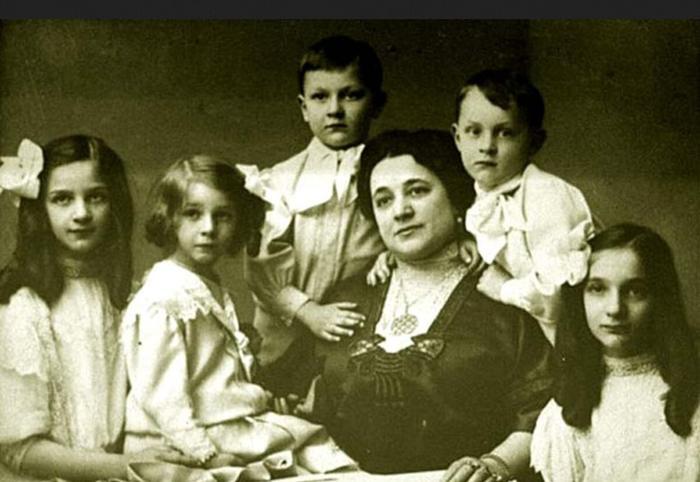 Иола Торнаги с детьми