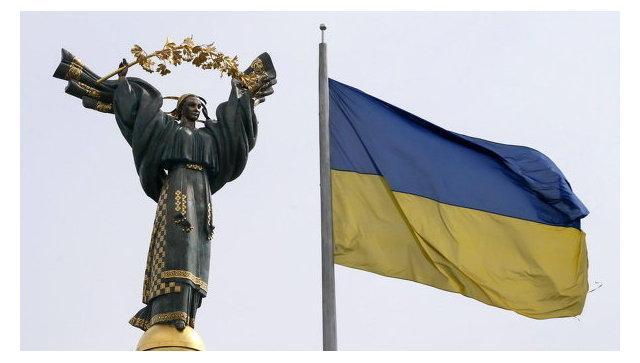 Флаг Украины и монумент независимости в Киеве. Архивное фото