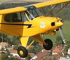 В Хорватии самолет при посадке врезался в автомобиль