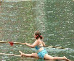 Китайцы устроили заплыв на стеблях бамбука