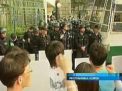 В пригороде Сеула тысячи уличных торговцев вышли на защиту своих прав