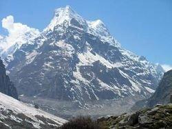 Спасатели продолжают поиски трех российских туристов в Гималаях