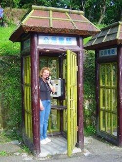 Необычные телефонные будки (фото)