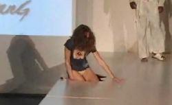 Модель провалилась под подиум прямо на показе мод (видео)