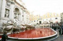 Итальянские «анархисты» раскрасили фонтан Треви в кроваво-красный цвет (фото)