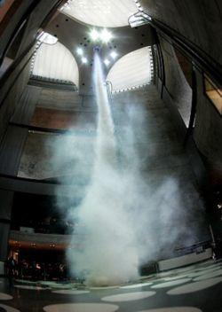 Смерч в здании музея Mercedes-Benz (видео)