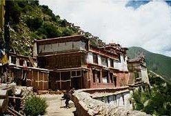 Армия Китая окружила монастырь в Тибете